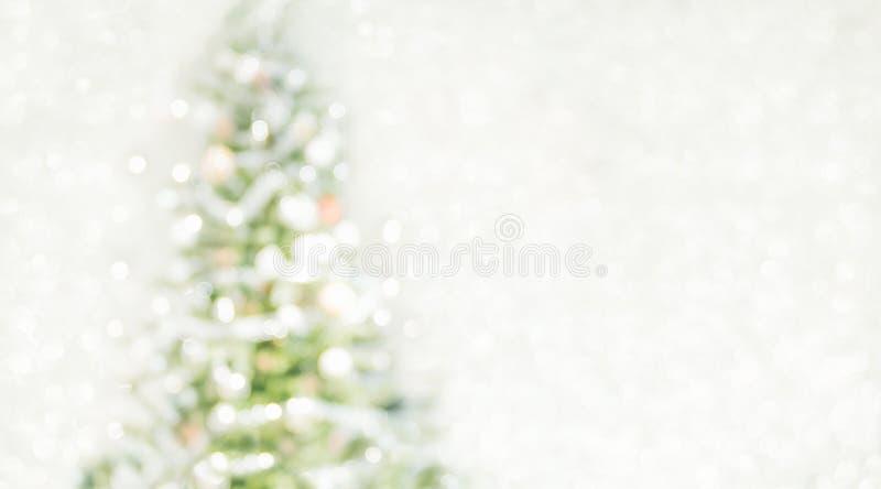 Julgran med ljus rad- och bollgarnering på abstrakt begrepp royaltyfria foton