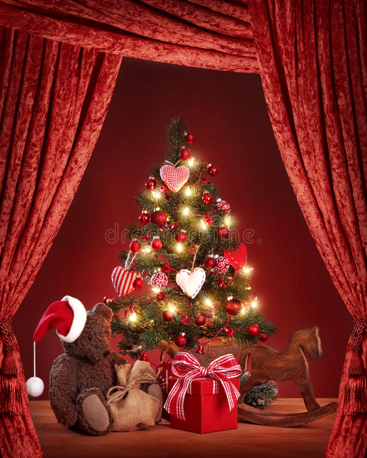 Julgran med nallebjörnen arkivbilder