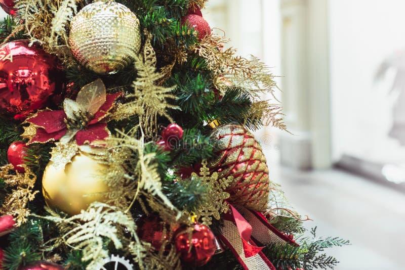 Julgran med röda och guld- blommadekorinre xmas close upp royaltyfria foton