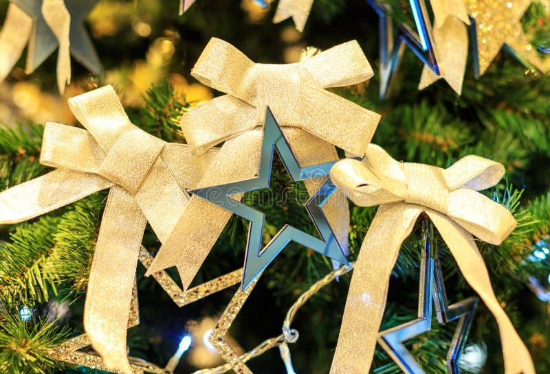 Julgran med skinande pilbågar bakgrund för beröm för nytt år för begrepp Closeupfoto av julträdet som dekoreras med royaltyfri fotografi