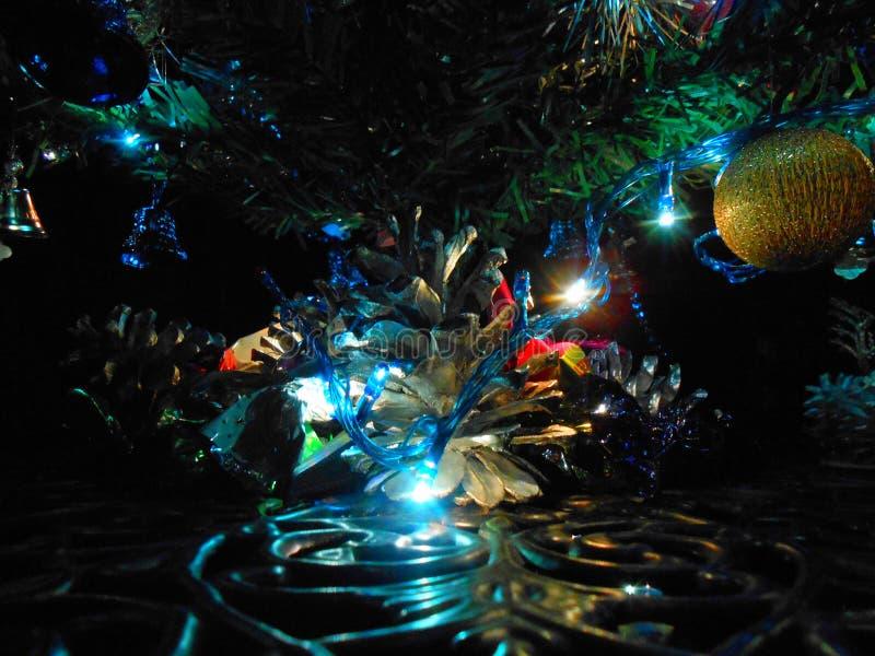 Julgran med stjärnan, ancor och klockor arkivbild