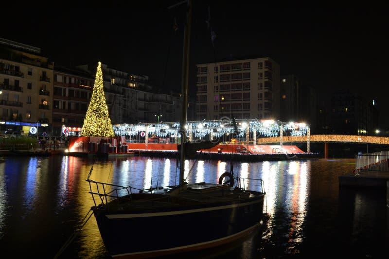 Julgran och den sväva åka skridskor cirkeln på den Darsena julbyn arkivbilder