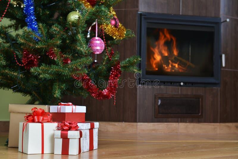 Download Julgran och gåva arkivfoto. Bild av helgdagsafton, utgångspunkt - 27285304