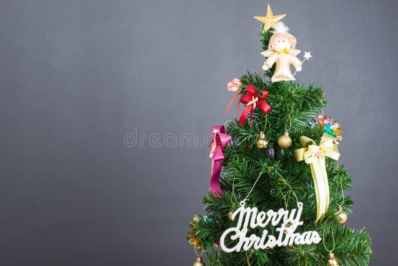 Julgran och många närvarande askar royaltyfria bilder