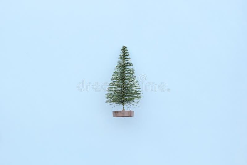 Julgran på blå bakgrund i minsta stil Julprydnader, nytt år och vinterbegrepp arkivbild