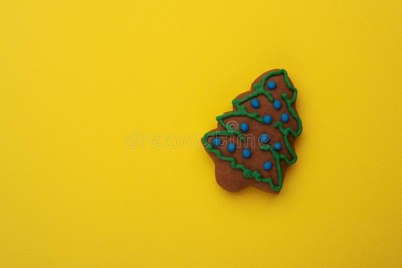 Julgran på en gul bakgrund arkivbilder