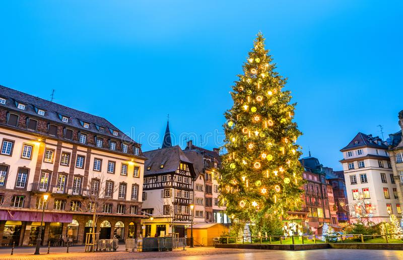 Julgran på stället Kleber i Strasbourg, Frankrike fotografering för bildbyråer