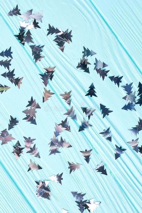 Julgran sned skinande pappersprydnader arkivbilder