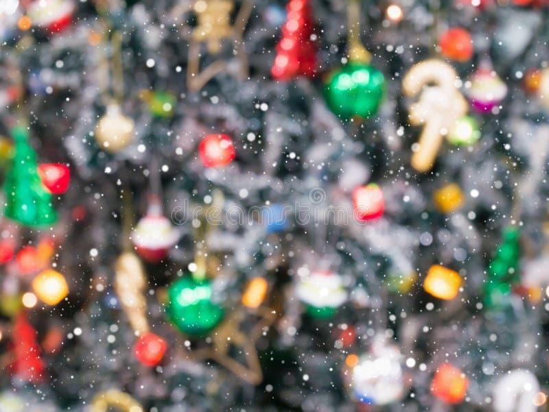 Julgran som dekoreras med bakgrund för ljusabstrakt begreppsuddighet royaltyfria foton