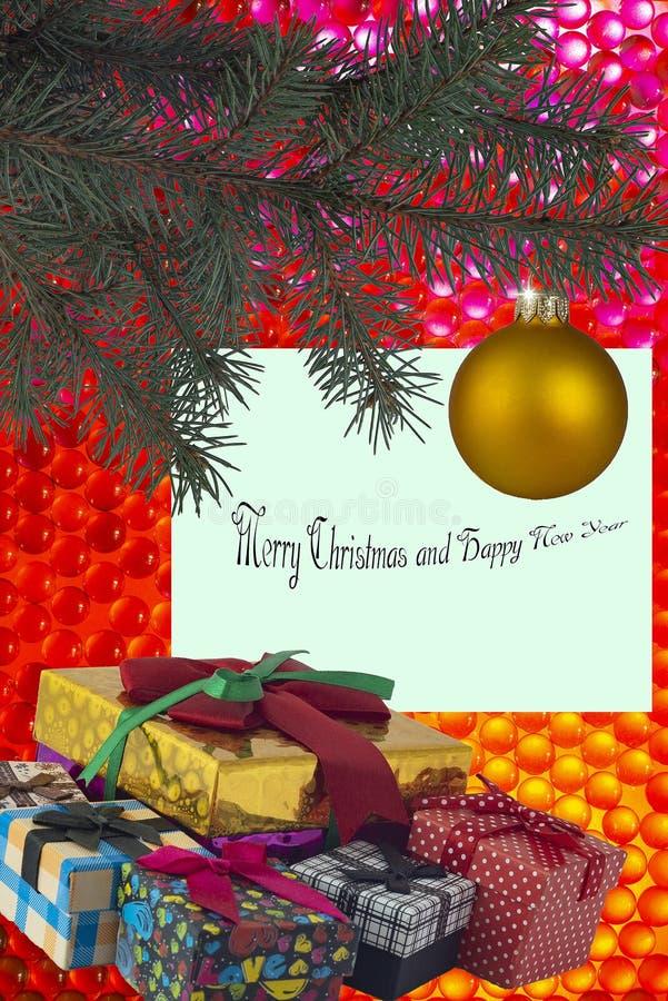Julgran som dekoreras med kortet för julbollhälsning och gåvaaskar på en gladlynt bakgrund arkivbild