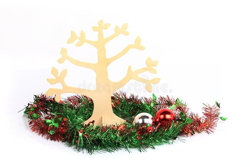 Julgran som dekoreras på vit bakgrund arkivbild