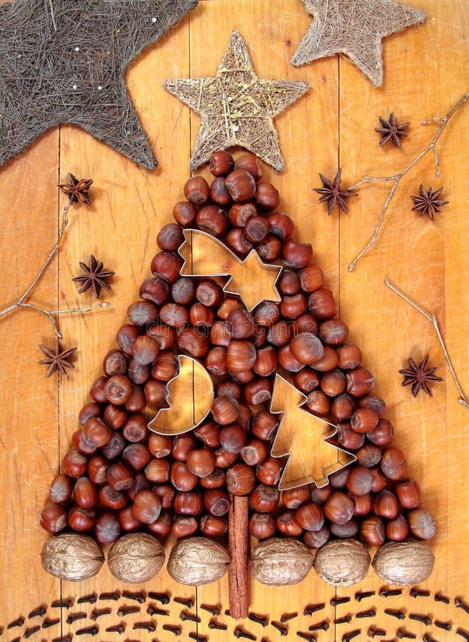 Julgran som göras av hasselnötter fotografering för bildbyråer