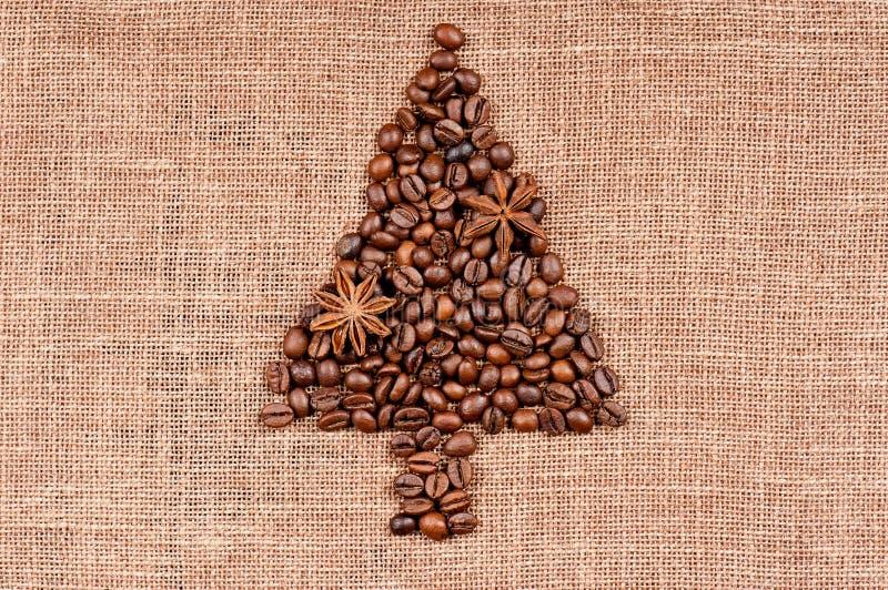 Julgran som göras av kaffebönor royaltyfri fotografi