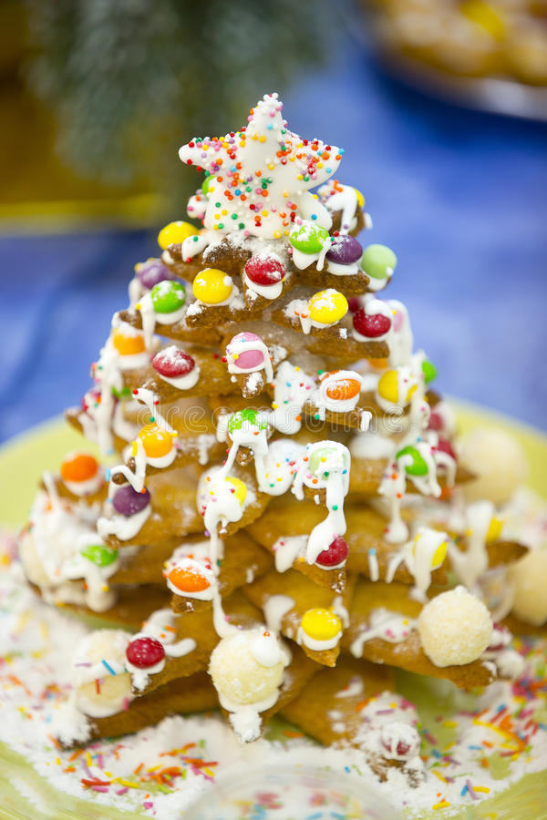 Julgran som göras av ljust rödbrun kakor eller med sockerisläggning eller glasyr royaltyfri bild