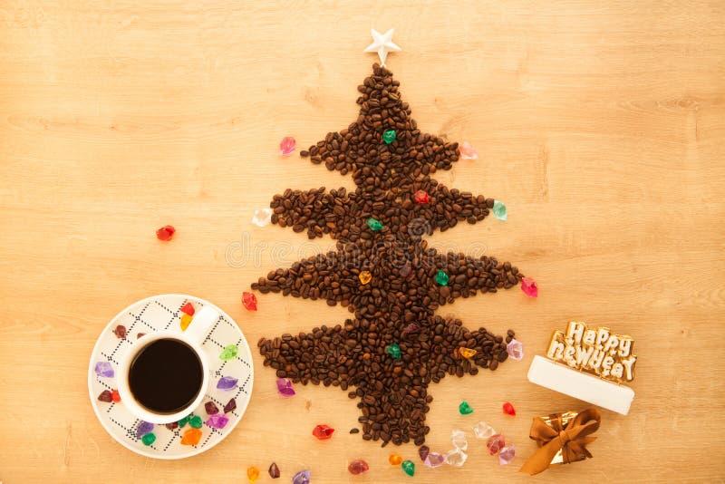 Julgran som göras från kaffebönor med garnering royaltyfri foto