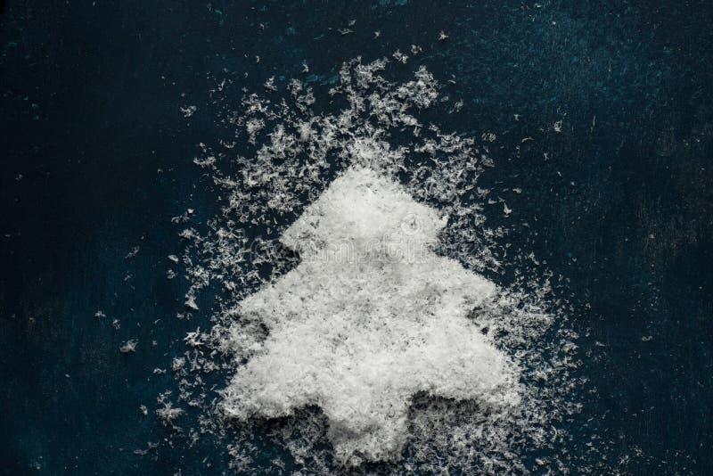 Julgran som göras från snö på mörkt - blå bakgrund Klotterungestil Nya år semestrar banret för affischen för hälsningkortet royaltyfria bilder