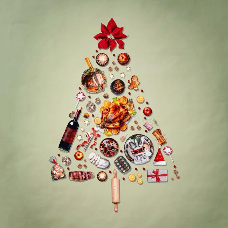 Julgran som göras med olik julmat: kalkon på uppläggningsfatet, grillad skinka, sötsaker och godisar, kakor, funderat vin, ingefä royaltyfri fotografi