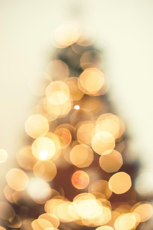 Julgranbakgrund med suddigt, gristra som glöder Tema för lyckligt nytt år och Xmas- arkivbilder