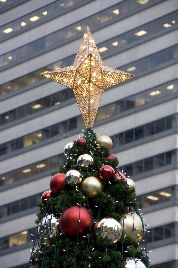 Julgranbyggnadsvägg arkivbild