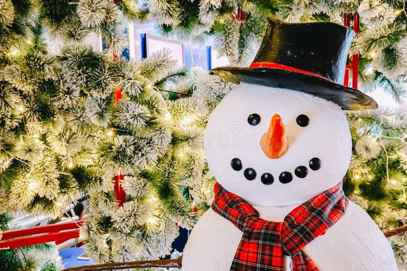 Julgranen är har snö med lyckligt le symbol, tradition förbinds med berömmen, och ferie för snöman som fotografering för bildbyråer