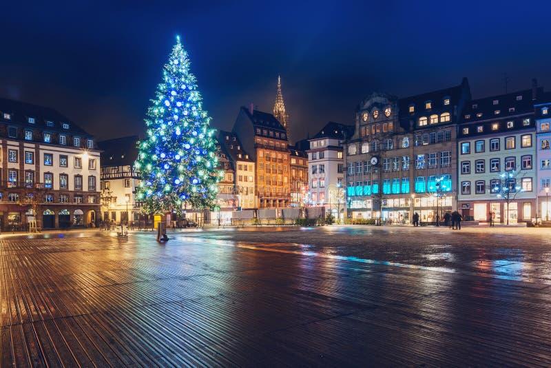 Julgranen på förlägger Kleber i Strasbourg, Frankrike arkivfoto