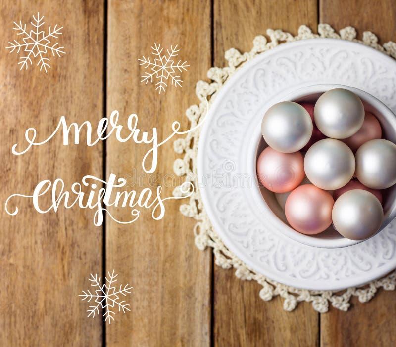Julgranen smyckar röda bollar för vit rosa pärla i tappning som den keramiska koppen på tefatet snör åt servetten Ridit ut planka royaltyfria foton
