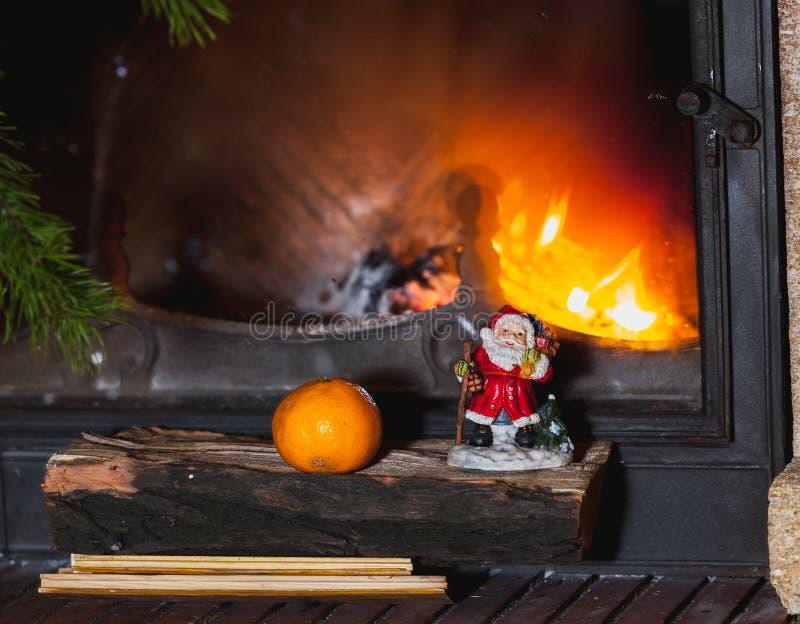 Julgranen står framme av spisen med bränningfirewoo royaltyfri foto