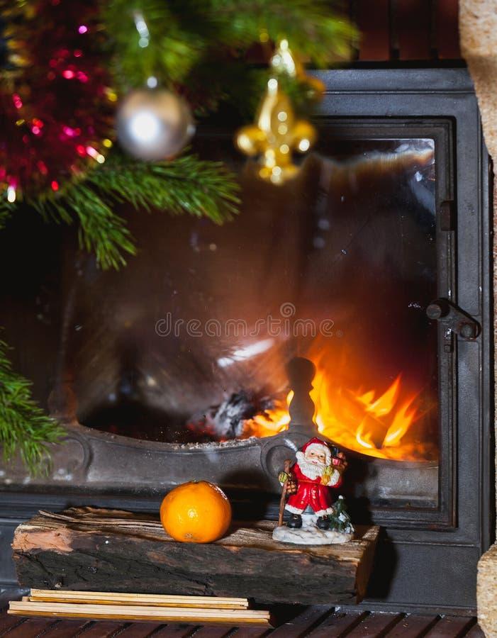 Julgranen står framme av spisen med bränningfirewoo fotografering för bildbyråer