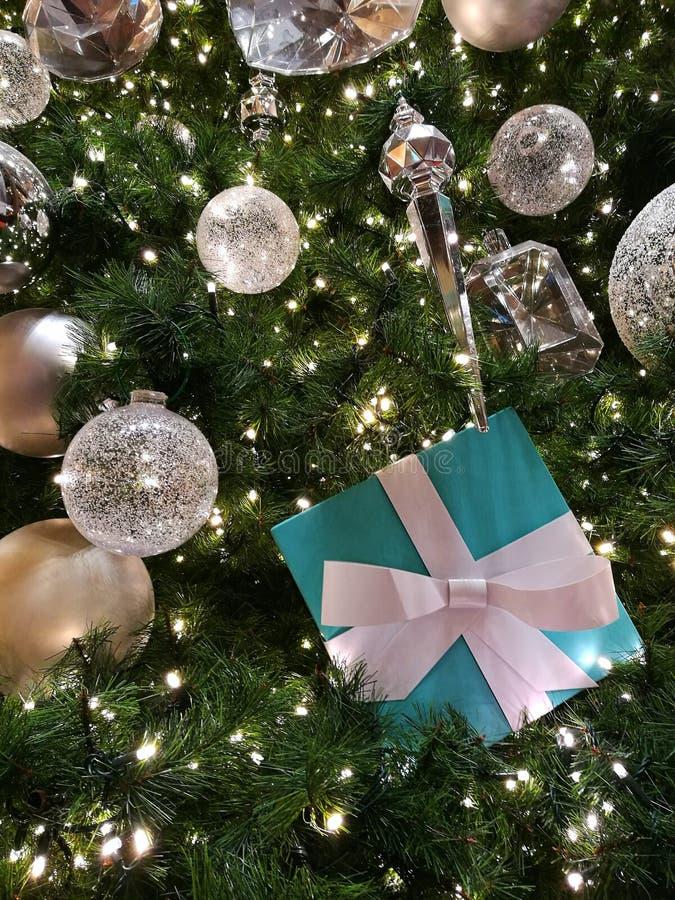 Julgranen tänder tätt upp arkivbild