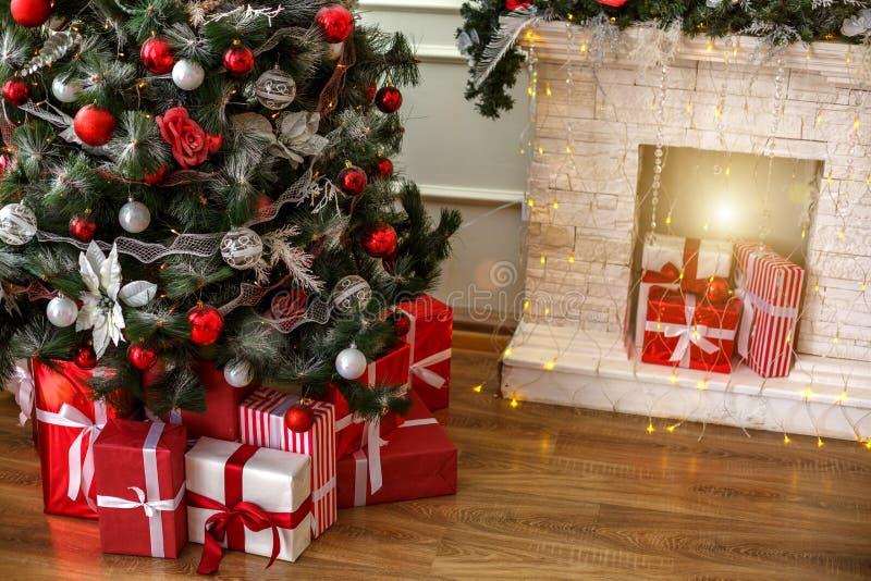 Julgranen under det härliga trädet är askar med gåvor arkivfoton