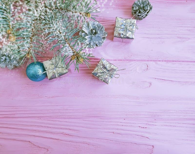 Julgranfilial, boll, för gåvaask för vinter idérik prydnad på en rosa träbakgrundssammansättning royaltyfria foton