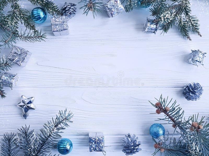 Julgranfilial, boll, gåva, kotte som är traditionell på vit träbakgrund arkivfoto