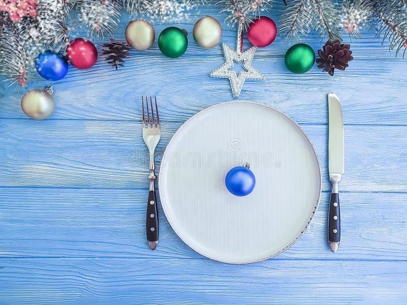 Julgranfilial, kort för dekor för vinter för plattasnötappning på träbakgrund royaltyfri foto