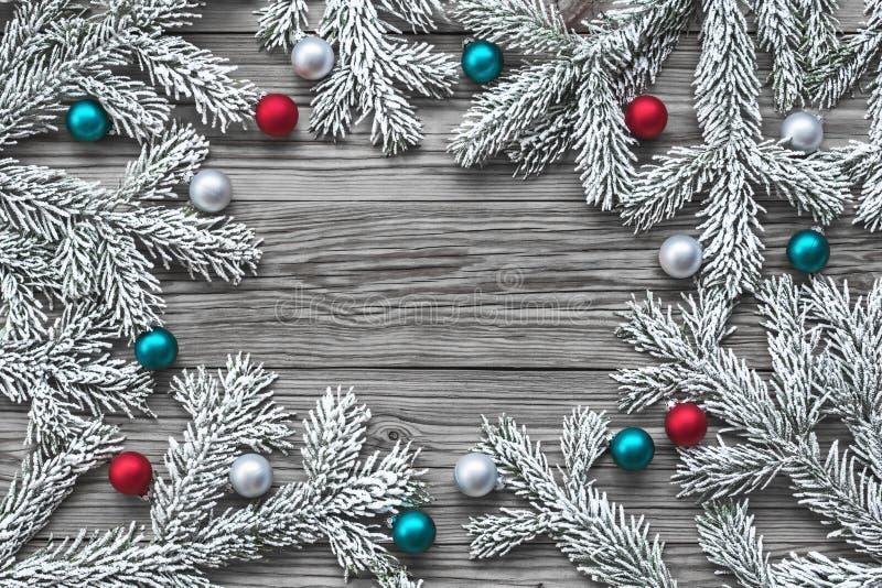 Julgranfilial med julbollar royaltyfri bild