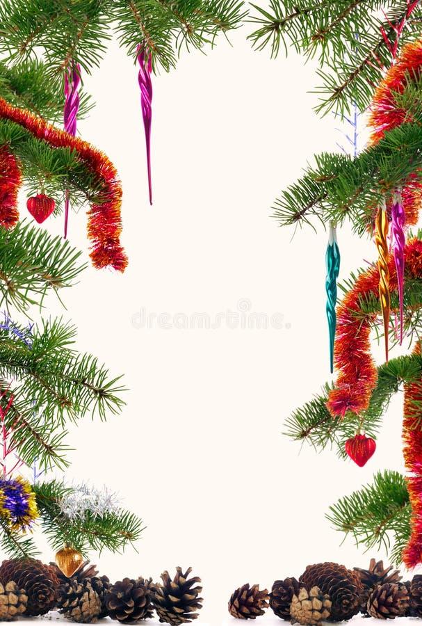 Julgranfilialer som dekoreras med den färgrika prydnadbakgrundsramen royaltyfria foton