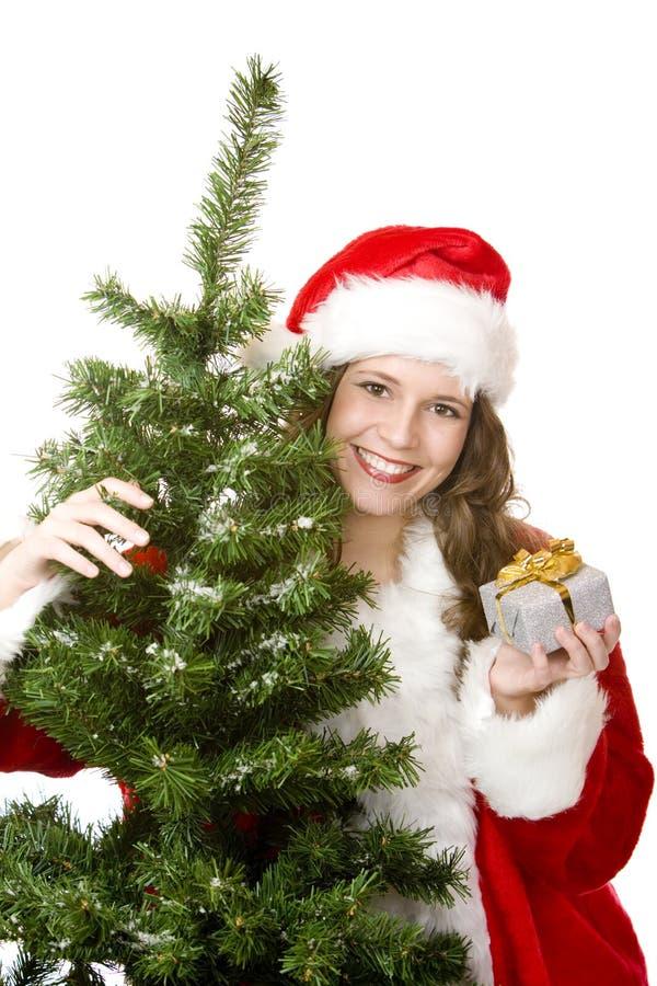 julgrangåvan rymmer nära santa treekvinna arkivfoton