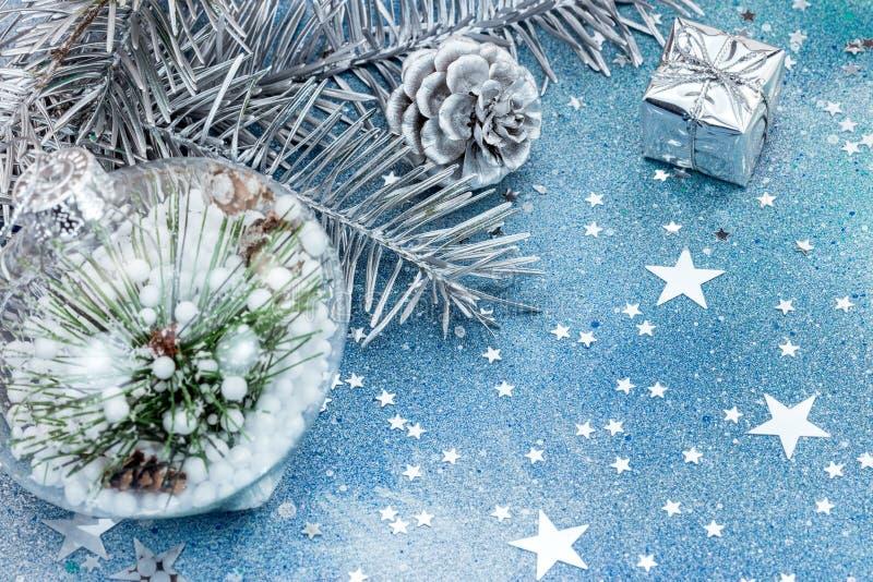 Julgrangarneringar på blått blänker bakgrund med stjärnan arkivfoton