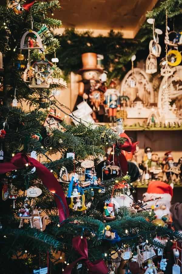 Julgrangarneringar på försäljning på julen marknadsför på den Schönbrunn slotten, Wien, Österrike royaltyfri fotografi