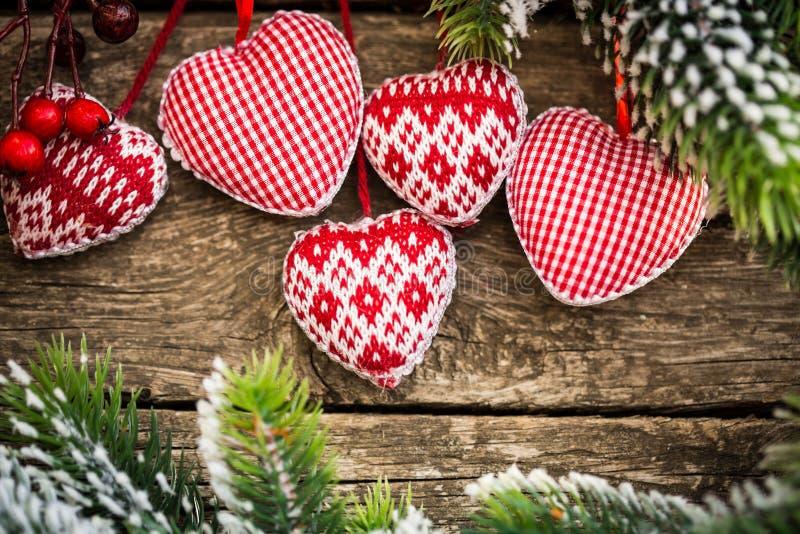Julgrangarneringar som hänger på filial royaltyfri bild
