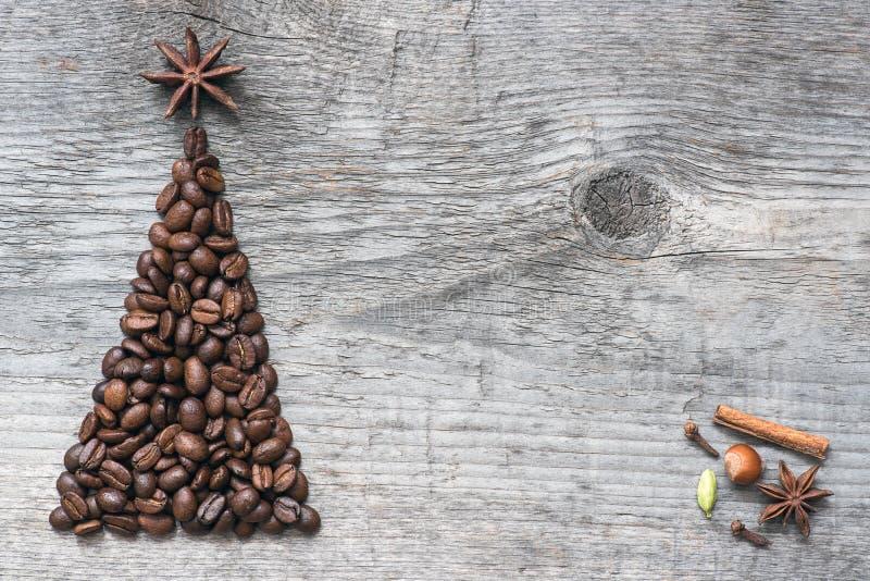 Julgranhälsningkort som göras av kaffe arkivbilder