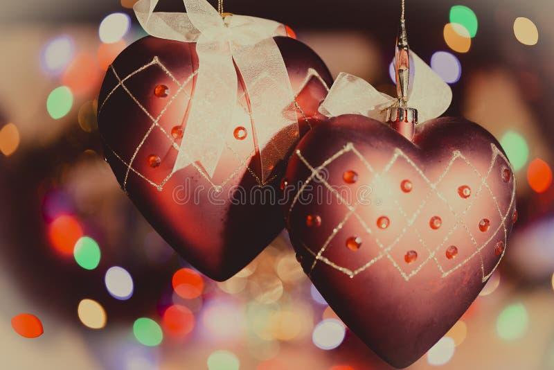 Julgranhjärtagarneringar mot trevlig ljusbakgrund arkivfoto