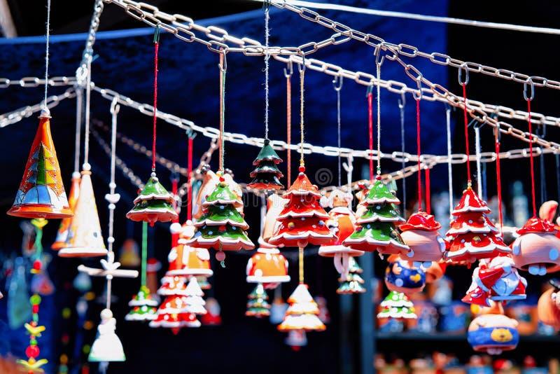 Julgrankeramikgarnering på jul marknadsför på den Charlottenburg slotten i vintern Berlin, Tyskland Advent Fair Decoration royaltyfri bild
