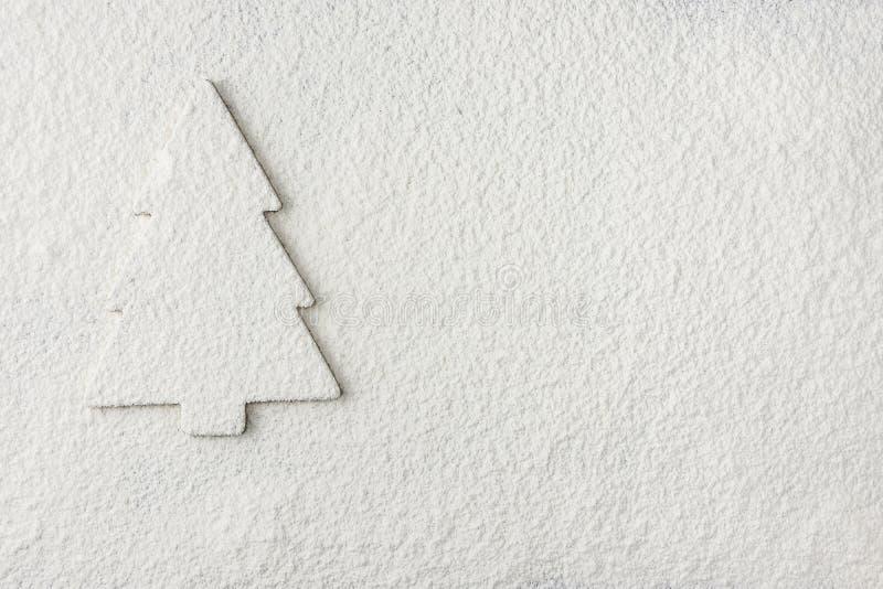 Julgrankontur på Snowy White bakgrund För feriehälsning för nytt år kort affisch fotografering för bildbyråer