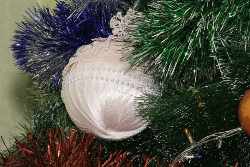 Julgranleksak som hänger på trädet royaltyfria foton