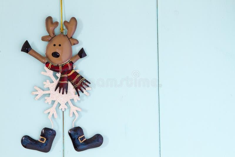 Julgranleksakstatyett av en hjort fotografering för bildbyråer