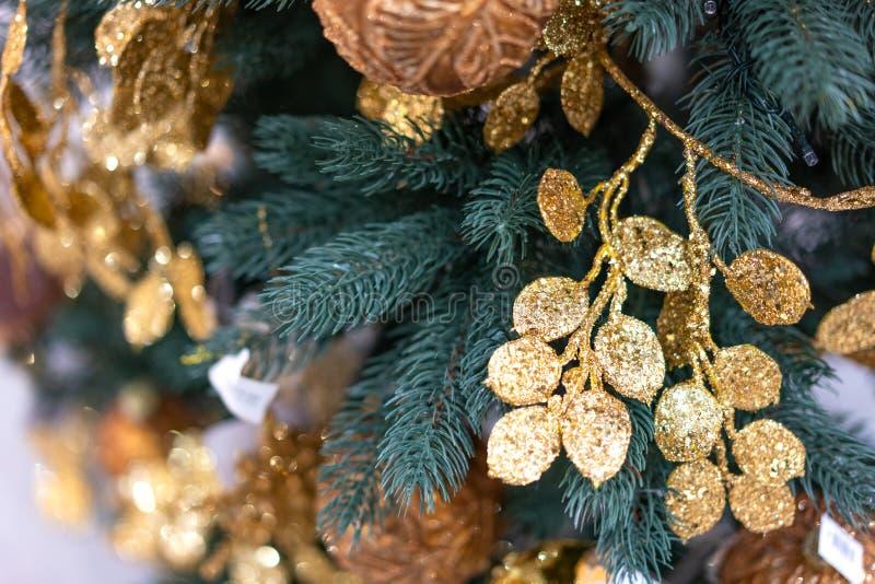 Julgrannärbild med guld- garneringar arkivbilder