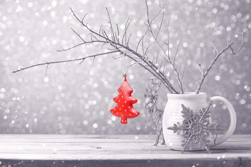 Julgranprydnad som hänger över bokehbakgrund royaltyfria foton