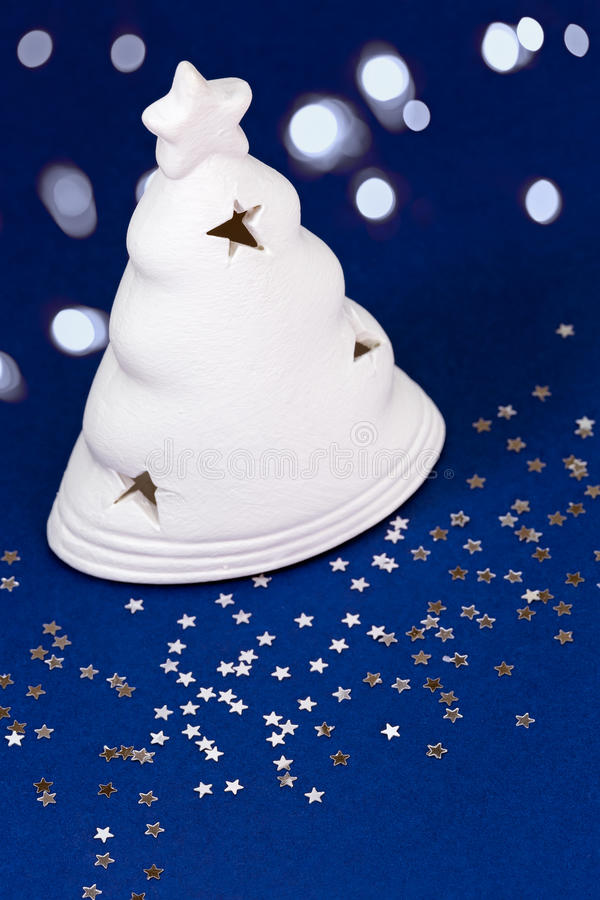 Julgranstatyett med konfettier arkivfoto
