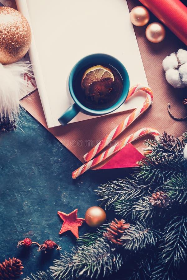 Julgranträd, garneringar och varmt te med citronen claus bokstav santa till ovanför sikt royaltyfri foto