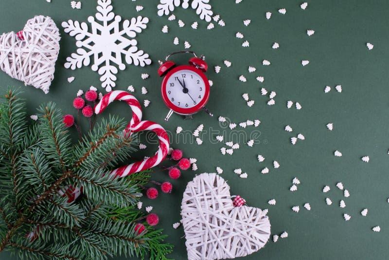 Julgranträd med garnering och trädiagramet av snöflingor, godisrottingar och den röda klockan royaltyfri bild